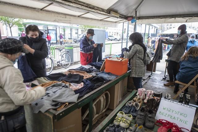 W sobotę, 24 kwietnia, na targowisku na placu Wielkopolskim można było zupełnie za darmo wziąć ubrania lub buty. Wszystko za sprawą Centrum Ekonomii Współdzielenia Po-Dzielnia, której celem jest podniesienie świadomości ekologicznej w społeczeństwie oraz pomoc potrzebującym. Na co dzień Po-Dzielnia działa w swojej siedzibie przy ul. Głogowskiej 27, gdzie każdy może oddać niepotrzebne mu już ubrania, książki czy sprzęt AGD, a inni, którym to się jeszcze przyda, mogą je za darmo zabrać. Ponieważ z powodu pandemii punkt jest zamknięty, pojawił się pomysł na przekazanie rzeczy potrzebującym na straganie na placu Wielkopolskim. Akcja spotkała się z dużym zainteresowaniem poznaniaków. Zobacz zdjęcia ----->