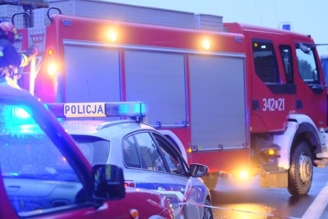 Tragiczny wypadek na drodze krajowej nr 15. W Gniewkowie po zderzeniu samochodu osobowego i ciężarówki zginął mężczyzna.