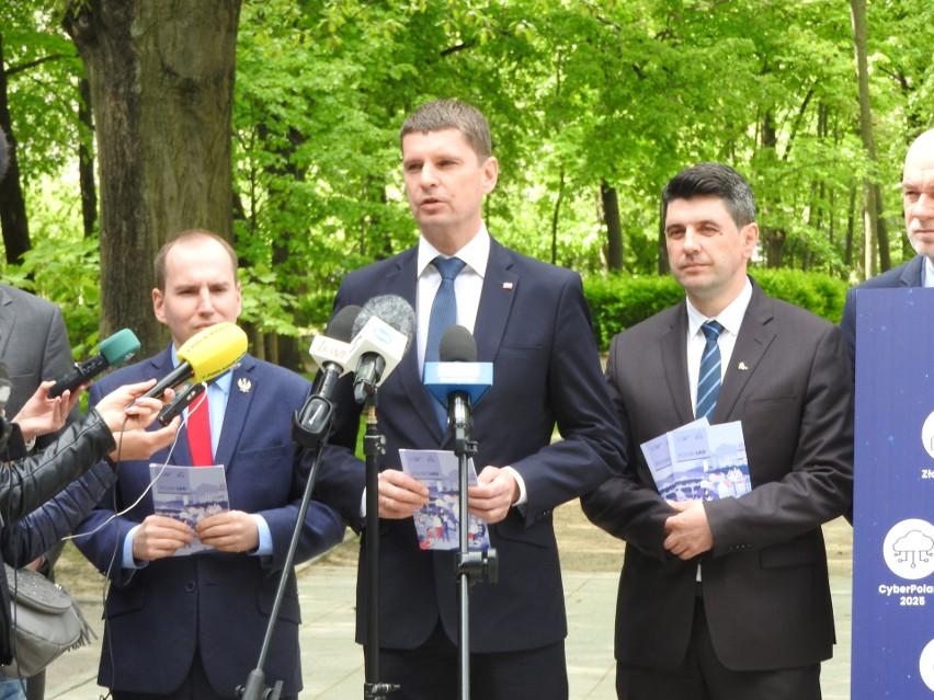 Konferencją na białostockich Plantach podlascy politycy PiS...