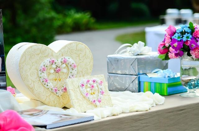 Dostałeś zaproszenie na ślub i zaczynasz rozglądać się za prezentem dla młodej pary? Niby nic trudnego, ale świat jest pełen małżeństw, które na swoim ślubie dostały prezent, o którym wolałyby zapomnieć. Jeśli więc nie chcesz zostać fundatorem traumy, sprawdź zawczasu, jakie prezenty ślubne raczej nie spotkają się z entuzjazmem. Co byś dodał do tej listy?