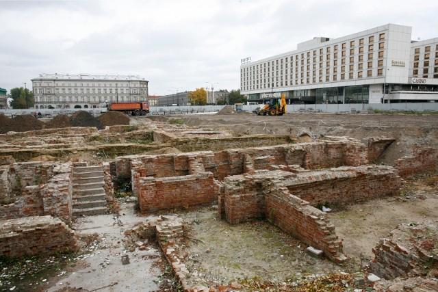 Fundamety starego Pałacu Saskiego zasypane piaskiem