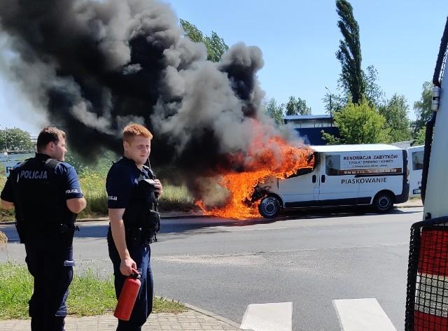 """Kłęby czarnego dymu unosiły się znad samochodu zaparkowanego w czwartek przy ul. Maratońskie (przy ul. Kolarskiej) na Retkini. Około godz. 13. 30 auto zaczęło się palić. Płomienie trawiące karoserię """"zatrzymywały"""" pieszych, kierowców, a także przejeżdżającą obok policję.ZOBACZ ZDJĘCIA"""
