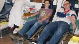"""Dali sobie upuścić 15 litrów krwi. Akcja stowarzyszenia """"Fara"""" [zdjęcia]"""