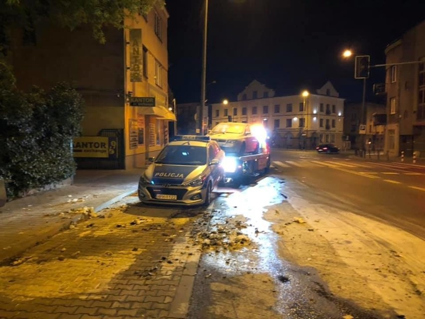 Nocny pożar radiowozów w Radomiu. Zapaliły się nieoznakowane samochody przed komisariatem. Policja szuka sprawców