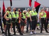 Protest pracowników Amazon Sady. Pracują ponad siły, przekładają kilkadziesiąt paczek na godzinę. Jak wygląda praca w Amazonie?