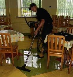 W Ostrołęce najbardziej ucierpiała Szkoła Podstawowa nr 6. Wodę z zalanych sal musieli wypompowywać strażacy.
