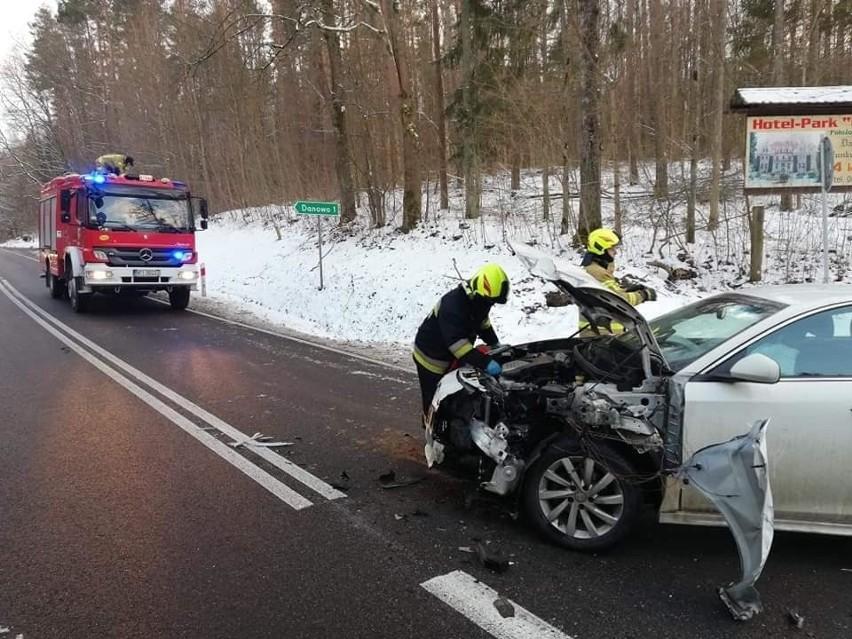Wypadek na trasie Orzysz - Giżycko. Alfa Romeo wjechała w łodzie przewożone na lawecie