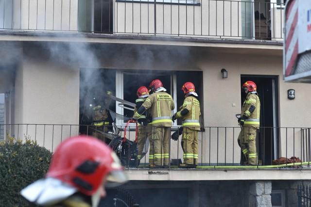 W środowe południe w domu przy ul. Szymanowskiego w Lesznie wybuchł pożar. Ogień pojawił się w pomieszczeniu, w którym spała kobieta. Zobacz więcej zdjęć ---->