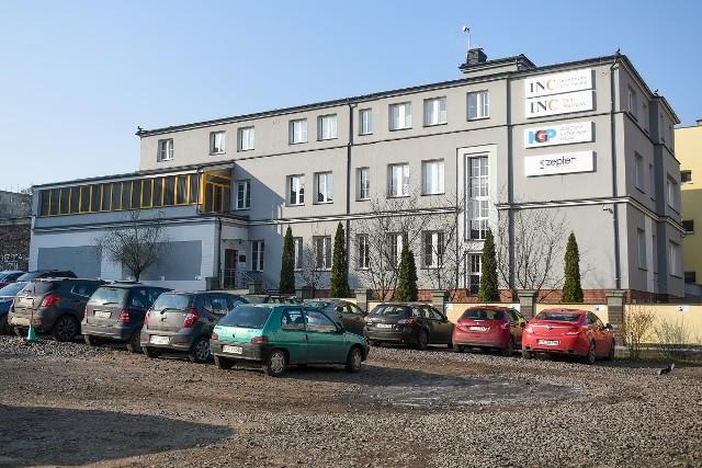 Powiatowy Inspektorat Nadzoru Budowlanego w Poznaniu uznał, że część biurowca została nielegalnie rozbudowana