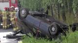Żupawa. Mężczyzna zasnął za kierownicą, samochód dachował przy lesie (ZDJĘCIA)