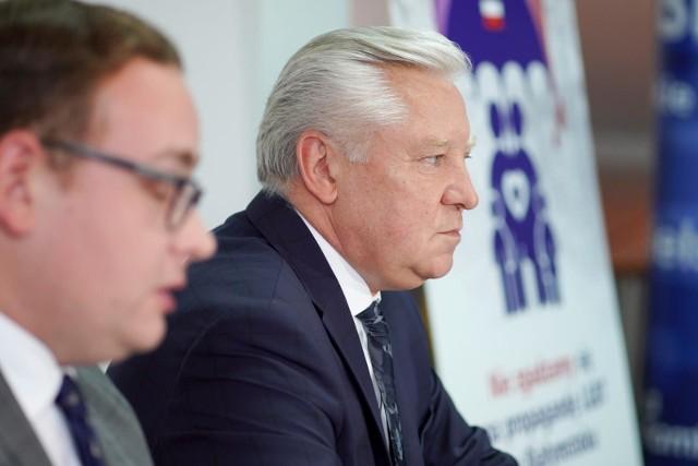 Senator Jan Dobrzyński i radny sejmiku Sebastian Łukaszewicz uważają, że prezydent Białegostoku mógł zakazać marszu równości. powołują się tu na przykłady innych miast. Jednak większość odmów włodarzy była uchylana przez sądy.