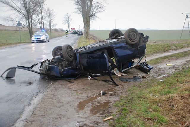 Kierowca seata dachował. 22-latek zmarł w szpitalu.