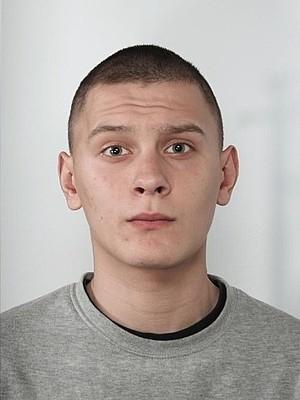 Osoby, które znają miejsce pobytu poszukiwanego lub mają informacje mogące przyczynić się do jego zatrzymania, proszone są o kontakt z Komendą Miejską Policji w Rzeszowie, telefon (17) 858 32 24 lub telefon alarmowy Policji - 997.