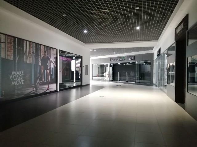 Od momentu wprowadzenia stanu epidemii, większość sklepów i punktów w Galerii Ostrowiec pozostaje zamknięta. Czynne są tylko market Tesco, sklep Rossmann, stoisko Piekarni Małgorzatka oraz apteka, w której sprzedaż odbywa się przez okienko, na zewnątrz. Pozostałe sklepy są pozamykane, a światła wygaszone. Widok jest naprawdę przygnębiający.Więcej zdjęć na kolejnych slajdach>>>