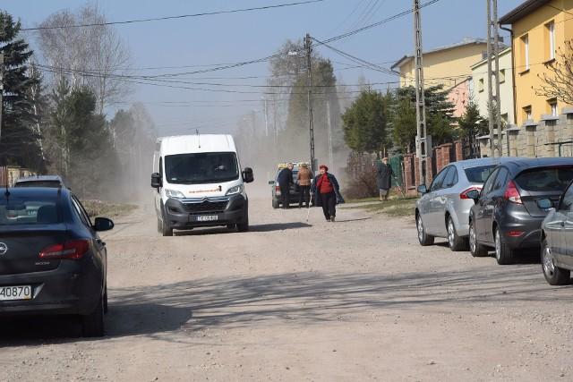 Mieszkańcy ulicy Ponurego w Skarżysku od lat czekają na asfaltową drogę. Powiat dostał 2,8 miliona złotych, na jej budowę.