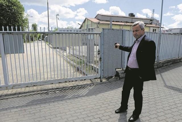 Konstanty Świerzbiński z Konrysu pokazuje przebieg drogi od strony ul. Kolejowej. - Jezdnia zajęłaby fragment naszej działki o wymiarach 35 na 18 metrów - podkreśla.