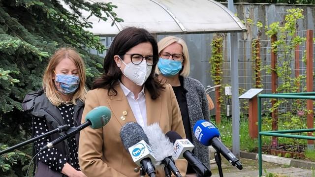 Prezydent Gdańska Aleksandra Dulkiewicz, z tyłu Beata Dunajewska i Sylwia Betlej