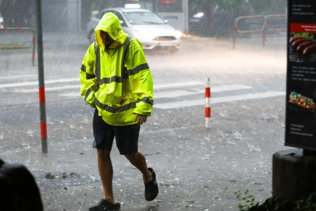 Koniec sierpnia i początek września nie będą nas rozpieszczać ciepłem. Już czas na zmianę odzieży na cieplejszą i zabezpieczenie się przed deszczem.