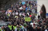 W całej Europie odbyły się protesty przeciwko blokadom rządowym i szczepieniom
