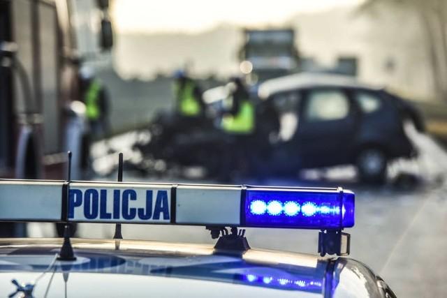 Macharce: Wypadek zablokował DK 16. Audi uderzyło w drzewo