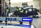 Macharce: Wypadek na DK 16. Audi, którym jechali policjanci, uderzyło w drzewo. Auto wpadło w poślizg na plamie oleju