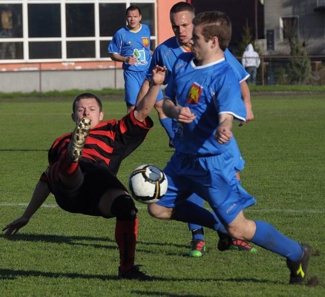 Piłkarze z Sokółki (niebieskie stroje) chcą zdobyć twierdzę w Olecku