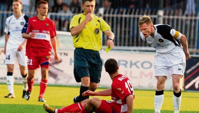 """Po tym faulu na Macieju Korzymie Radek Mynar zobaczył czerwoną kartkę, a Odra stanęła przed szansą zdobycia bramki z """"11"""""""
