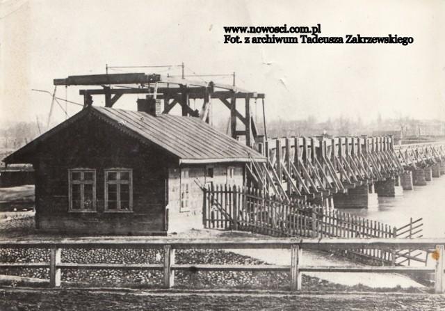 Pierwszego mostu przez Wisłę Toruń doczekał się w 1500 roku. Był on jednym z najdłuższych mostów w ówczesnej Europie. Drewniana przeprawa była wiele razy niszczona, ale za każdym razem - odbudowywana. Działo się tak do pożaru, który zniszczył most w lipcu 1877 roku. Po nim władze miasta doszły do wniosku, że kolejna odbudowa nie ma sensu.To jedno z ostatnich zdjęć drewnianego mostu łączącego brzegi rzeki między Wisły między Bramą Mostową i Majdanami na Kępie Bazarowej.