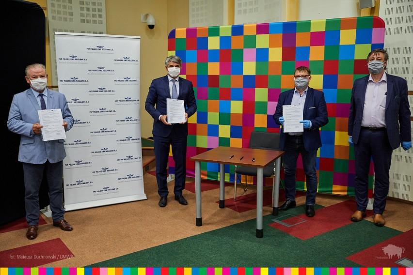 Umowę w imieniu stron podpisali: Krzysztof Pietras, dyrektor...