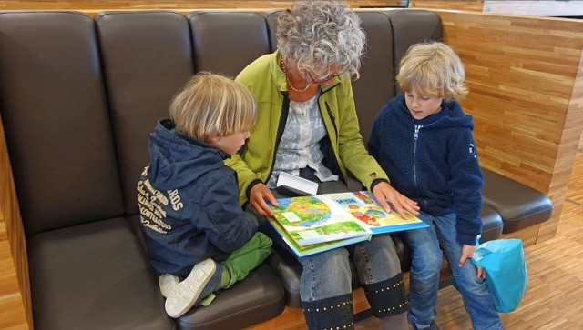 Czytanie książek dzieciom przyspiesza ich rozwój i tworzy emocjonalne więzi z rodziną