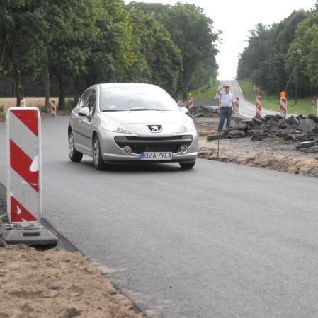 Fachowcy zmienili profil drogi nr 32 z Zielonej Góry do Gubina. Inaczej wyprofilowane zakręty mają na kierowcach wymusić wolniejszą jazdę.