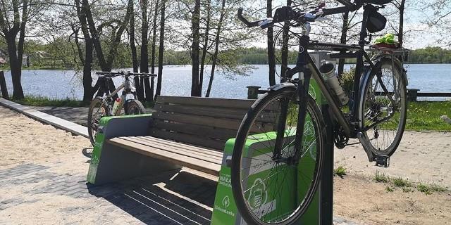 Gmina Tuchomie jest otwarta dla rowerzystów, nie tylko jeśli chodzi o trasy rowerowe. W kilku miejscowościach (Piaszno, Nowe Huty, Masłowiczki, Masłowice Tuchomskie, Trzebiatkowa, Tuchomko) powstały ławeczki-stacje rowerowe. Wyposażone są w panel solarny, dzięki czemu można np. podładować smartfony. Są oczywiście także narzędzia do naprawy rowerów oraz automatyczny kompresor.