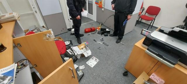 """Sprawcy włamali się do siedziby redakcji """"Głosu"""", splądrowali i zniszczyli pomieszczenia..Zobacz kolejne zdjęcia. Przesuwaj zdjęcia w prawo - naciśnij strzałkę lub przycisk NASTĘPNE"""