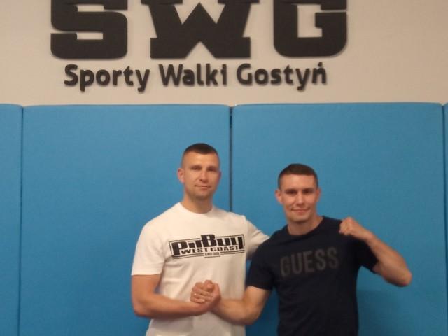 Damian Wrzesiński (z prawej) z trenerem KS Sporty Walki Gostyń, Tomaszem Dylakiem