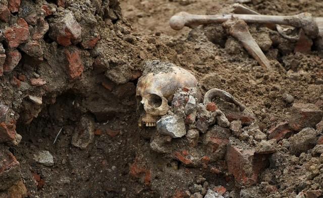 W centrum Poznania odkryto masowy grób. Znaleźli go archeolodzy pracujący na placu Kolegiackim. Mogło tu być pochowanych nawet kilkuset zmarłych.Przejdź do kolejnego zdjęcia --->