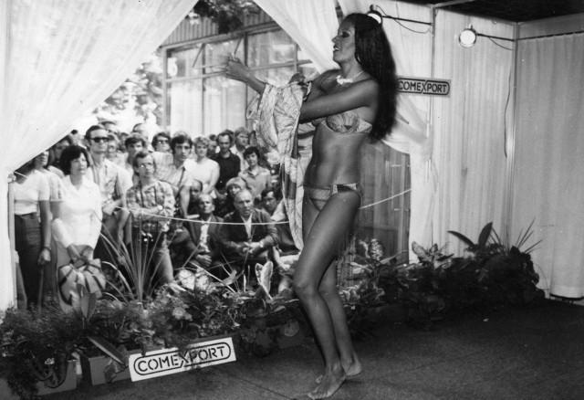31 la po paryskiej premierze do Polski zawitało bikini. Kostium kąpielowy pokazali w swoim pawilonie Kubańczycy.