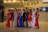 Sukienki w górę! Najpiękniejsze zdjęcia maturzystek z ubiegłych lat z czerwonymi podwiązkami na udach