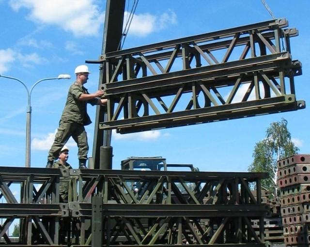 Saperzy z głogowskiej jednostki załadowali na dwa wielkie tiry stalowe elementy do budowy mostu. Jeden taki waży 460 kilogramów