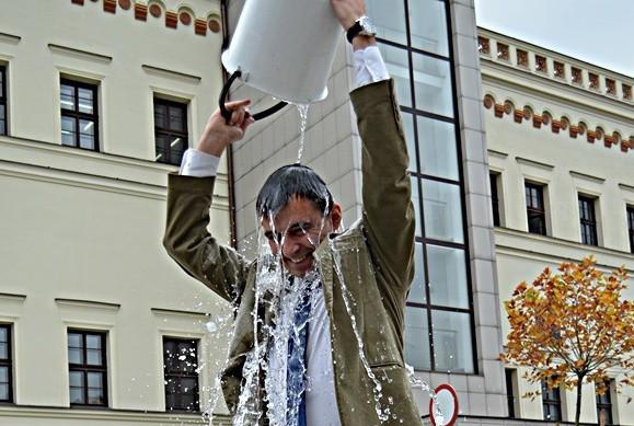 Ice Bucket Challenge starosty głogowskiego Rafaela Rokaszewicza, który przyjął wyzwanie i nominował kolejne osoby.