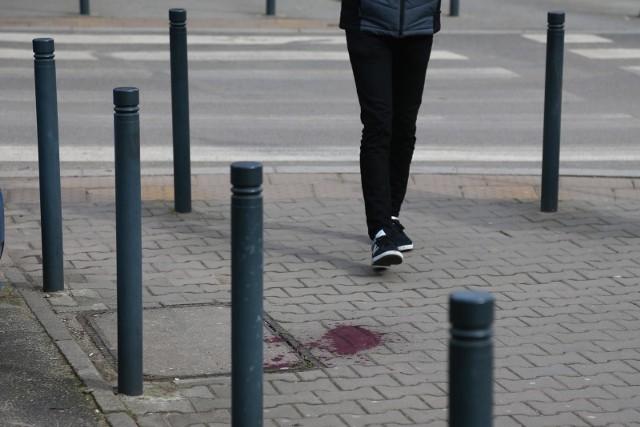 Napastnik śledził kobietę idącą od banku.Kryminalni zabezpieczyli monitoring zarówno z komunikacji miejskiej, sklepów, jak i okolicznych posesji. Udało się ustalić tożsamość 29-letniegosprawcy. Podejrzany był w przeszłości wielokrotnie notowany za podobne przestępstwa. Czytaj dalej