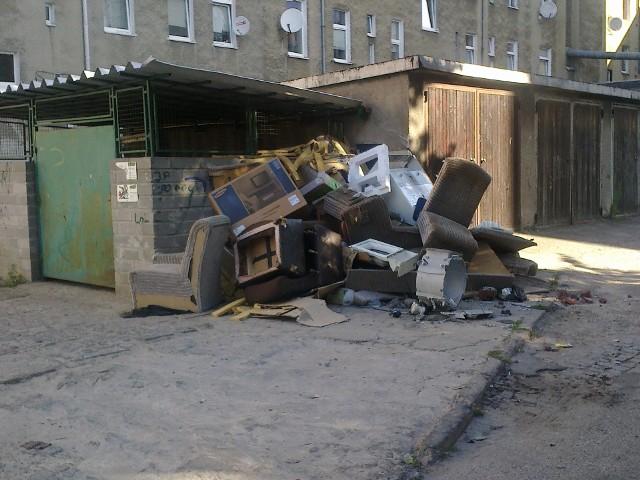 Odpady znoszone z całej okolicy- Czy ktoś się tym zainteresuje? - pyta nasz internauta
