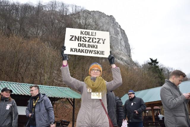 Mieszkańcy kilku podkrakowskich gmin spotkali się w Dolinie Będkowskiej, żeby zaprotestować przeciwko planom poprowadzenia linii kolejowych przez dolinki i parki krajobrazowe