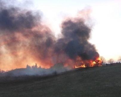 W niedzielę około godziny 19.00, dyżurny Stanowiska Kierowania Komendanta Powiatowego w Mrągowie otrzymał informację o pożarze budynków gospodarczych w miejscowości Zełwągi który bardzo szybko się rozprzestrzenia.