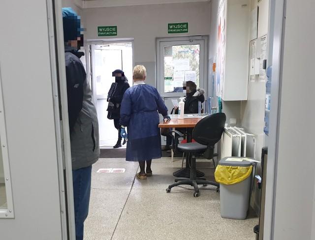 """Interwencją policji zakończyła się wizyta jednej z mieszkanek Chojen w przychodni miejskiej przy ul. Rzgowskiej w Łodzi. 60-latka rzuciła się na lekarza z pięściami!Incydent wydarzył się w czwartek (10 grudnia), gdy w Przychodni Miejskiej """"Chojny"""" pojawiła się nadgorliwa pacjentka. Kobieta była wyznaczona na godz. 11.50, ale żądała spotkania z lekarzem o... godz. 9. W poczekalni doszło do ostrej wymiany zdań między czekającymi pacjentami a 60-latką. Głośną awanturę usłyszał znajdujący się w gabinecie obok lekarz i zainterweniował. Czytaj więcej na następnej stronie"""