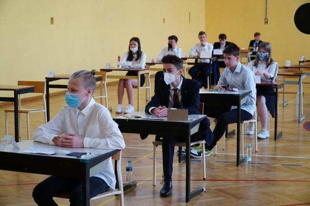 Do egzaminu ósmoklasisty 2020 w terminie głównym uczniowie przystępowali 16, 17 i 18 czerwca. Testy zostały przeprowadzone zgodnie z zasadami bezpieczeństwa wyznaczonymi przez GIS. Ósmoklasiści i nauczyciele do szkół musieli przyjść w maseczkach lub przyłbicach, a w salach była ograniczona liczba osób.