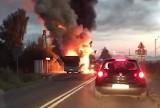 Dramatyczny pożar autobusu w Wieprzu. Ogień objął cały pojazd. Strażacy prowadzą akcję gaśniczą