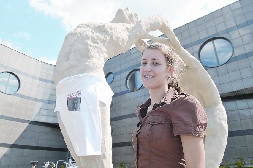 Agnieszka Wolska ma 24 lata. Jest absolwentką liceum plastycznego w Zielonej Górze. Studiuje na V roku ASP we Wrocławiu. Sporna rzeźba jest jej pracą dyplomową.
