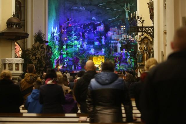 Pasterka w bazylice franciszkanów w Katowicach Panewnikach. To tu znajduje się znajduje się najsłynniejsza na Śląsku szopka Zobacz kolejne zdjęcia. Przesuwaj zdjęcia w prawo - naciśnij strzałkę lub przycisk NASTĘPNE