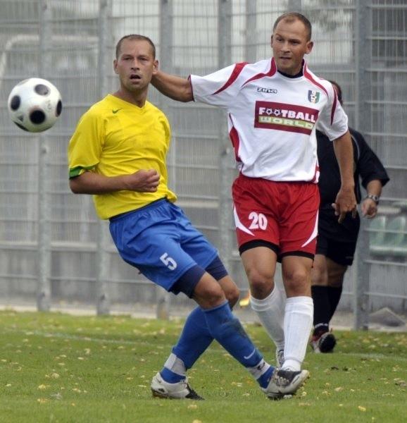 Grzegorz Chojnowski (Leśnica, z lewej) i Jarosław Draguć (TOR Dobrzeń Wlk.) mogą zagrać przeciw sobie tydzień wcześniej niż to było planowane.