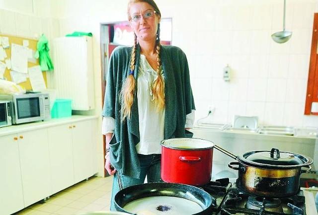 Agata Tuczykąt przygotowuje jedną ze swoich potraw, którą poczęstuje bezdomnych i ubogich.